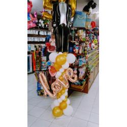 columna de globos con traje de novio LOVE en dorado