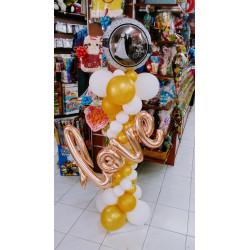 Columna con globo redondo de boda LOVE en dorado