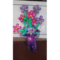 Ramo flores violetas y rosas de globos